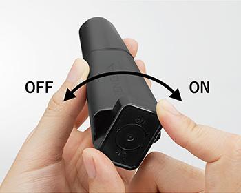底部のスイッチを矢印に従ってONの方向に180°回すと振動し、OFFの方向に180°回すと止まります。